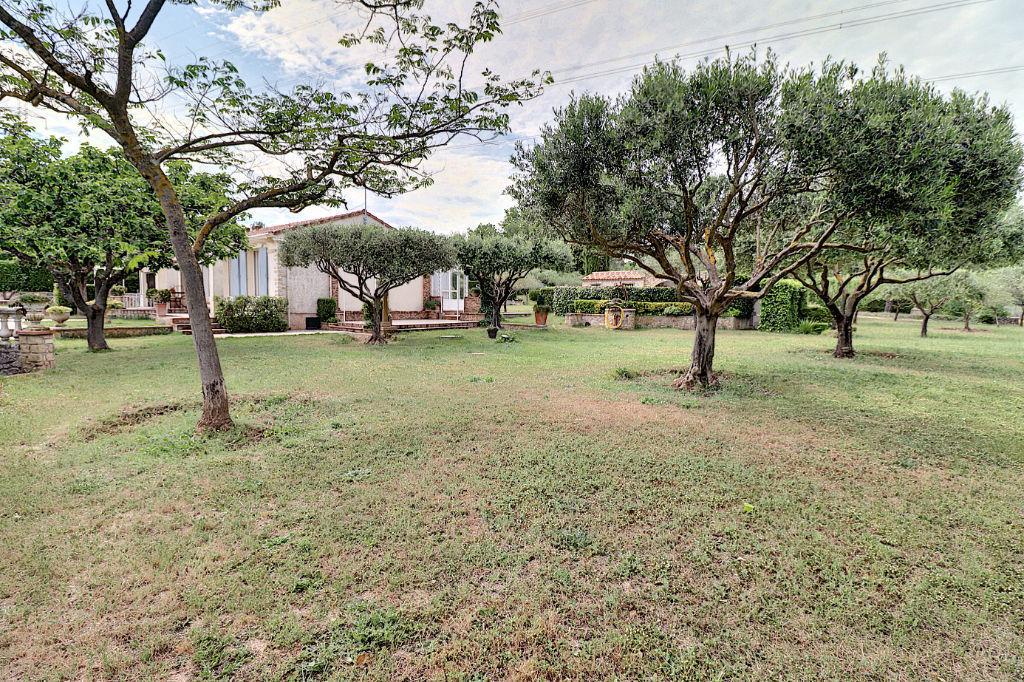 LA MOTTE - MAISON 4 pièces de Plain-Pied avec PISCINE et GARAGES sur un hectare et demi de TERRAIN PLAT