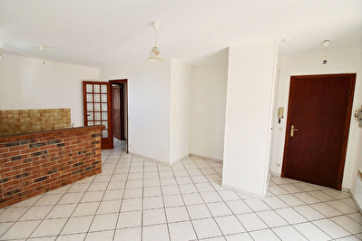 Appartement F2 avec garage a EPERNON