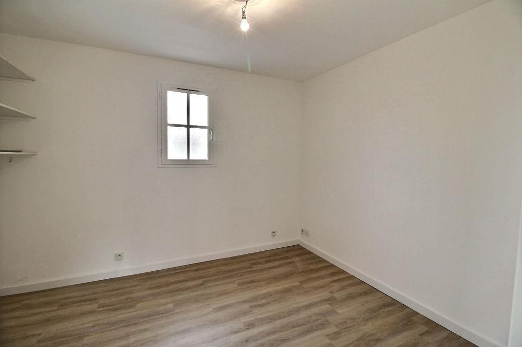 Appartement F3 en rez-de-chaussée avec parking à EPERNON