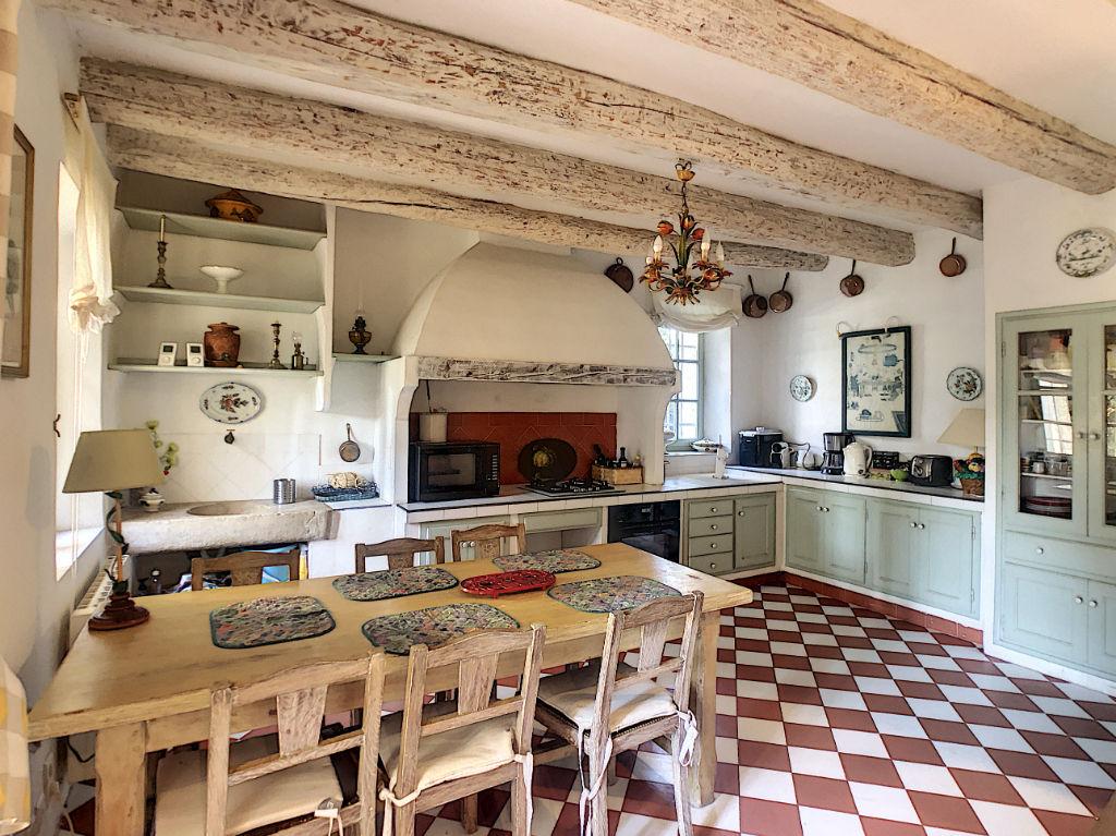 LE CASTELLET Mas Provençal  de 235 m2 avec piscine,9 pièce(s)  sur 1 hectare de terrain