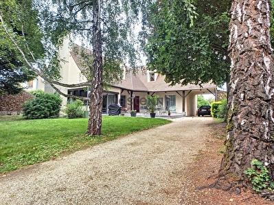 Demeure de prestige - Saint Vrain, renovee en 2020, elle dispose sur 190 m2 habitable de 4 chambres, un vaste sejour cathedrale, une cuisine amenagee et equipee le tout sur un terrain de 1440 m2