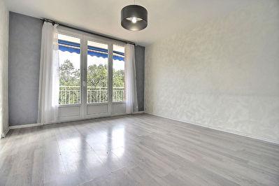 Appartement type T4 renove 80 m2 - rue du 8 mai 1945 - VILLEURBANNE