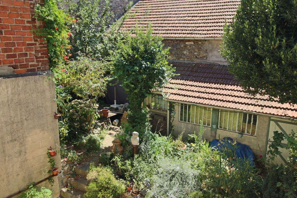 Maison de ville avec jardin sur  3 niveaux représentant 22.84 m² utiles
