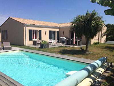 10 min Rochefort : Saint Hippolyte - Maison de Plain Pied  bon etat de 4 pieces 148 m2- garage et piscine