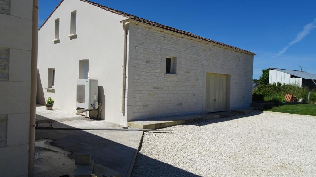 Exclusivité à15 minutes ROCHEFORT -LA VALLEE - Charentaise 6 pièces - 4 chambres -11200m² de terrain - garage 110m²