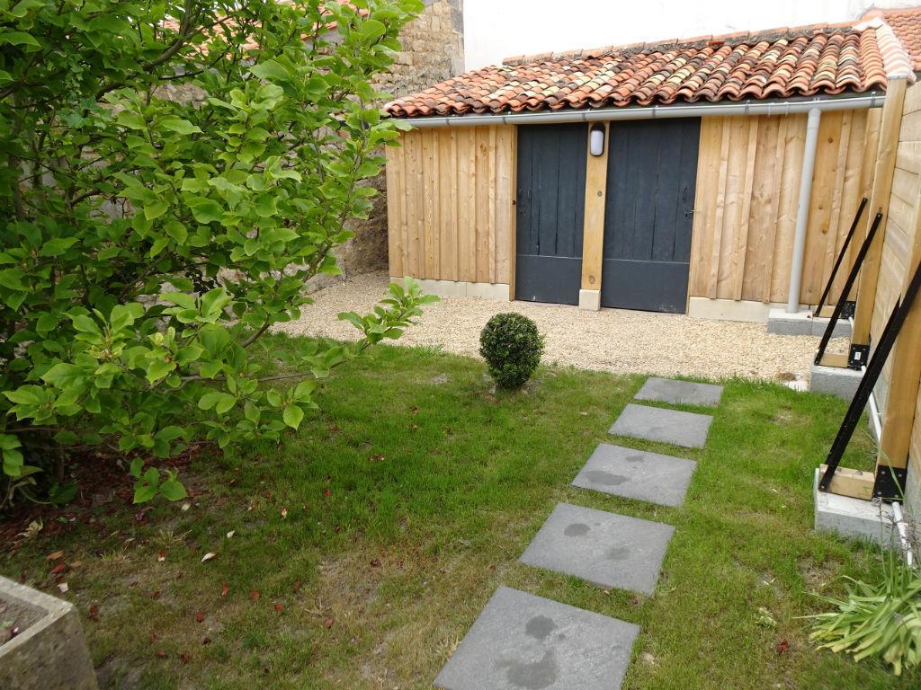 Exclusivité à Rochefort : Maison en pierres entièrement rénovée 2 chambres + mezza - petit Garage - Jardin clos  et Dépendance