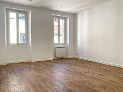Appartement Saint Cyr Sur Mer de  3 pieces de 51 m2 refait a neuf