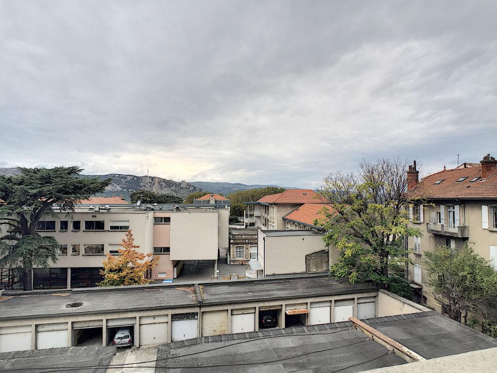 Valence Victor Hugo centre- T2  avec ascenseur climatisé rénové 54 m2 -1 chambre