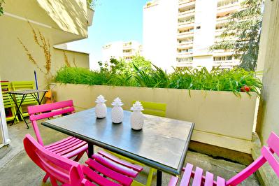 Appartement T2 Villeurbanne Coeur Gratte ciel 69100, terrasse a vivre, traversant Est-Ouest, lumineux, metro a 3 mn a pied