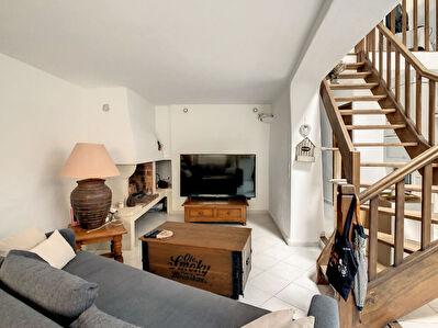 Maison de village  en duplex de 70 m2 a Cucuron avec terrasse  4 pieces