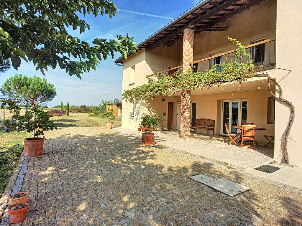 Grande ferme rénovée avec dépendances proche Montauban