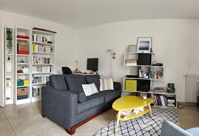 75011 St Maur - Appartement 2 pieces avec 2 balcons (9.70m2) calme et ensoleille.