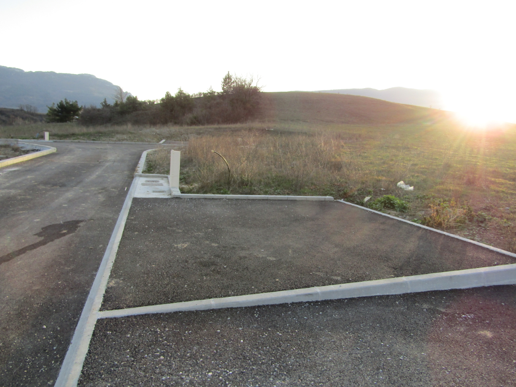 Terrain  732 m2 viabilisé en Drôme provençale dans un cadre exceptionnel. 0699425308