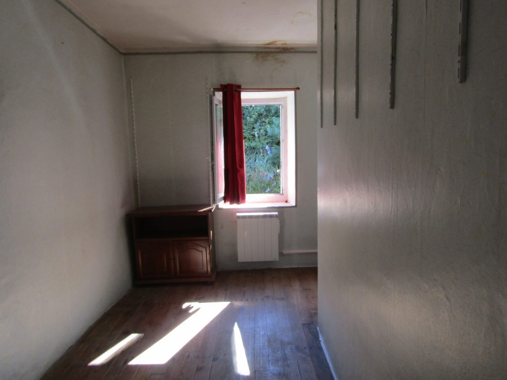 Sainte Jalle. Maison de village  5 pièce(s) 85 m2 et 1020 m2 de terrain non constructibles non attenant : 0699425308