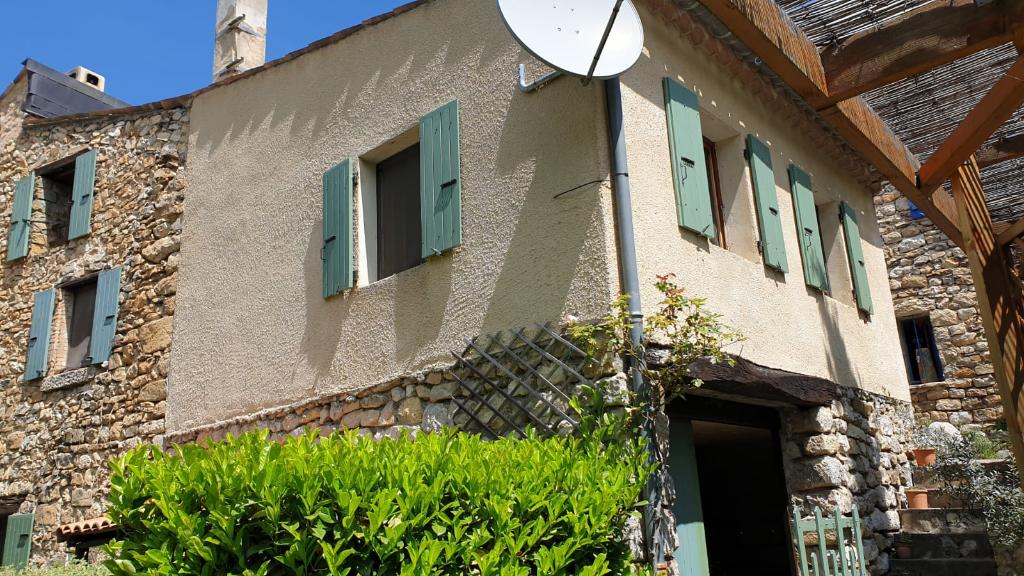 Charmante maison au calme à Chauvac Laux Montaux avec vue sur les montages magnifiques et un grand terrain de 800 m2 arboré  0668368774