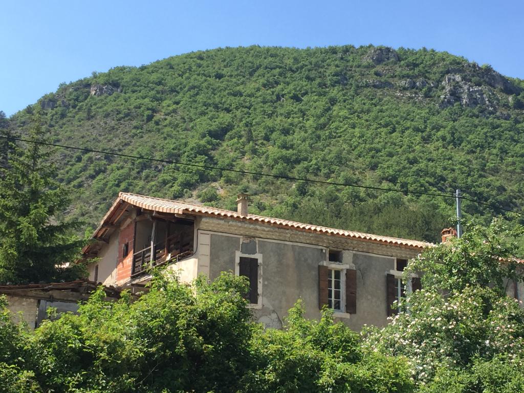 Maison ancienne de 180m2 à finir + 4370m2 terrain le long d'une rivière proche de Rémuzat 0668368774