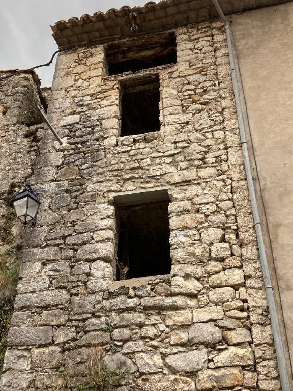 Les Pilles, petit maison à rénover tout en pierre proche de la rivière dans le petit village à coté de Nyons 0668368774