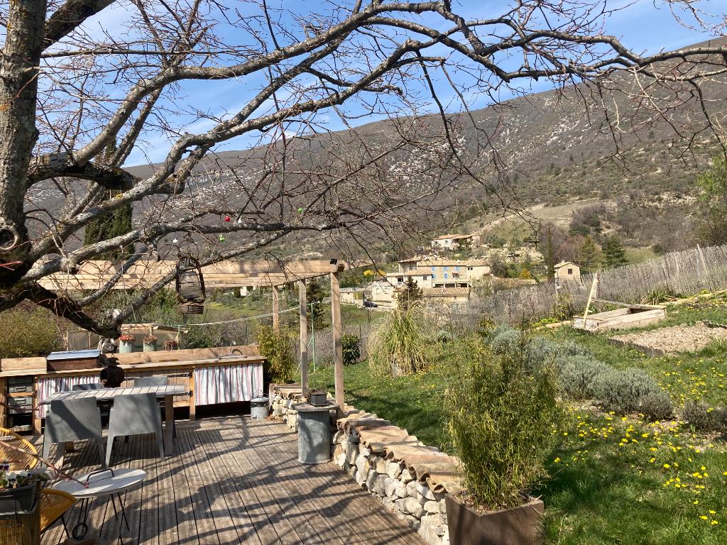 A Villeperdrix très coquette maison de village d'environ 100 m2 et d'un très beau jardin arboré 370m2 et sa vue sublime des montagnes, Annie 0668368774