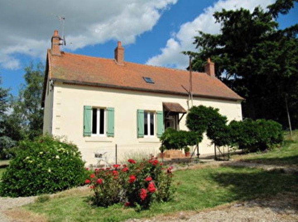Saint Hilaire -Maison avec grange et grand hangar en bois, sur un terrain de 5 ha; endroit retiré et très calme.