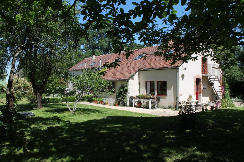 Limoise -Spacieuse maison entièrement rénovée avec beau jardin, en campagne sur 5405 m2 de terrain.