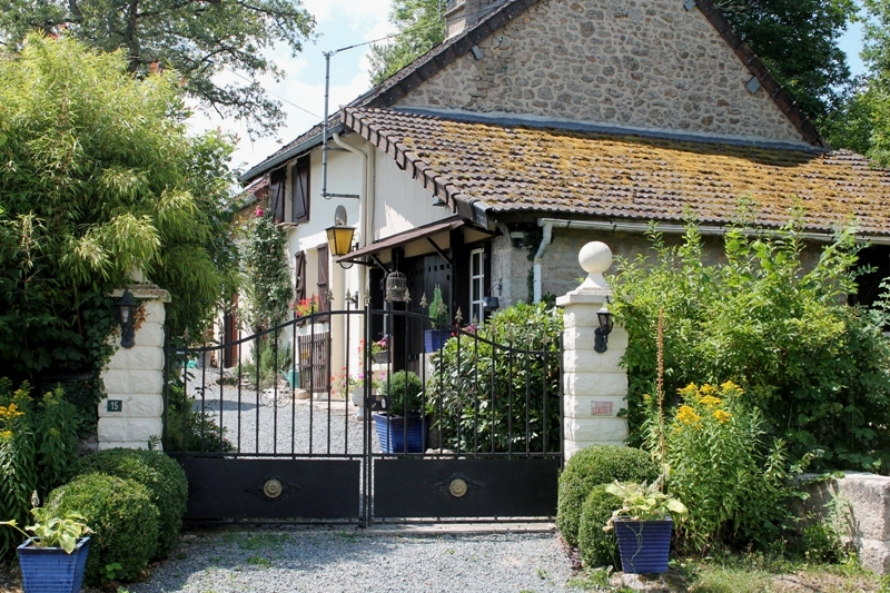 Clugnat - Charmante maison avec dépendances et joli jardin. Terrain de plus de 700m²