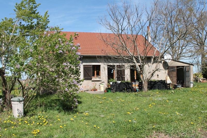 Allier - Sorbier. Une maison de vacances isolée, confortable avec une belle vue et un beau jardin de 2700 m2.