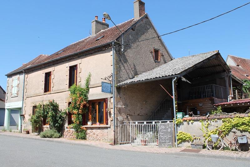 """St Plaisir - Boutique +atelier """"Fabrication Artisanale de Bougies""""  avec une maison au dessus."""
