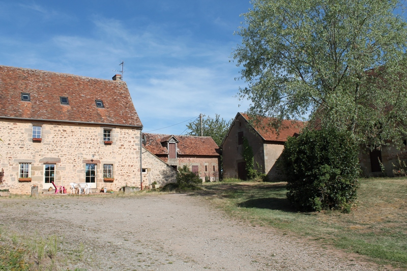 Couzon - Belle fermette avec plusieurs granges et dépendances sur environ 3 hectares de terrain.