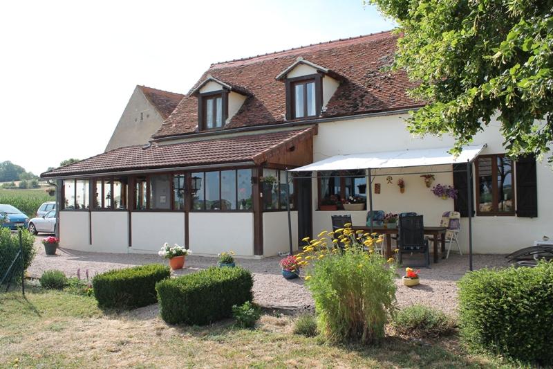 Chezelle - Maison avec  5 chambres d'hôtes, gîte et 2 mobil-homes sur près de 1,5 ha de terrain.