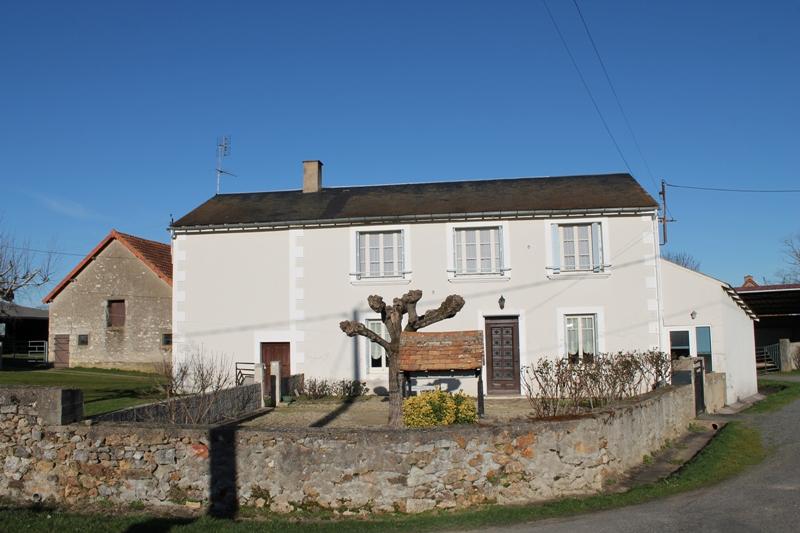 Maisonnais -Fermette spacieuse avec écuries et granges sur environ 2 hectares de terrain.