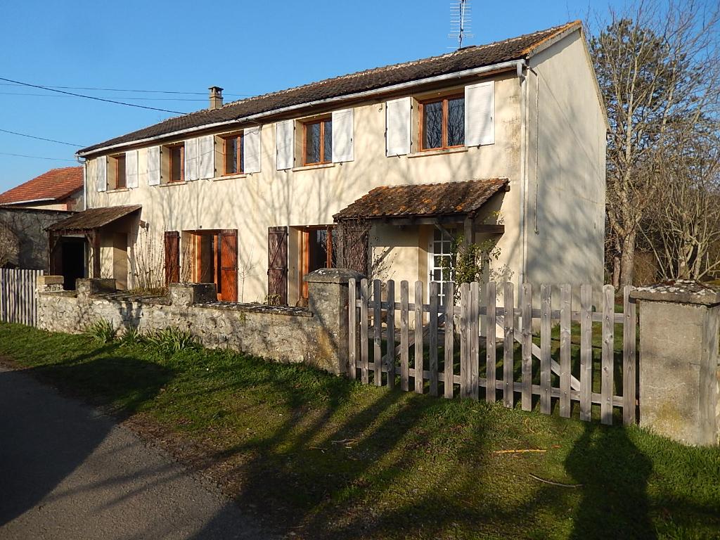 Saint Menoux - 2 maisons sous le même faîtage  sur 2500 m² de terrain avec garage.