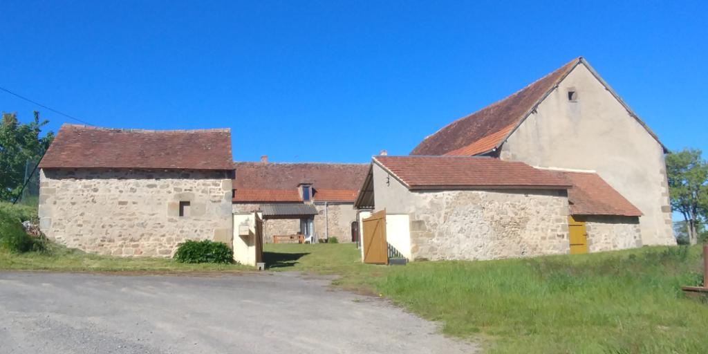 Saint Sornin- Fermette avec grange sur cour ,  terrain de 2920m²