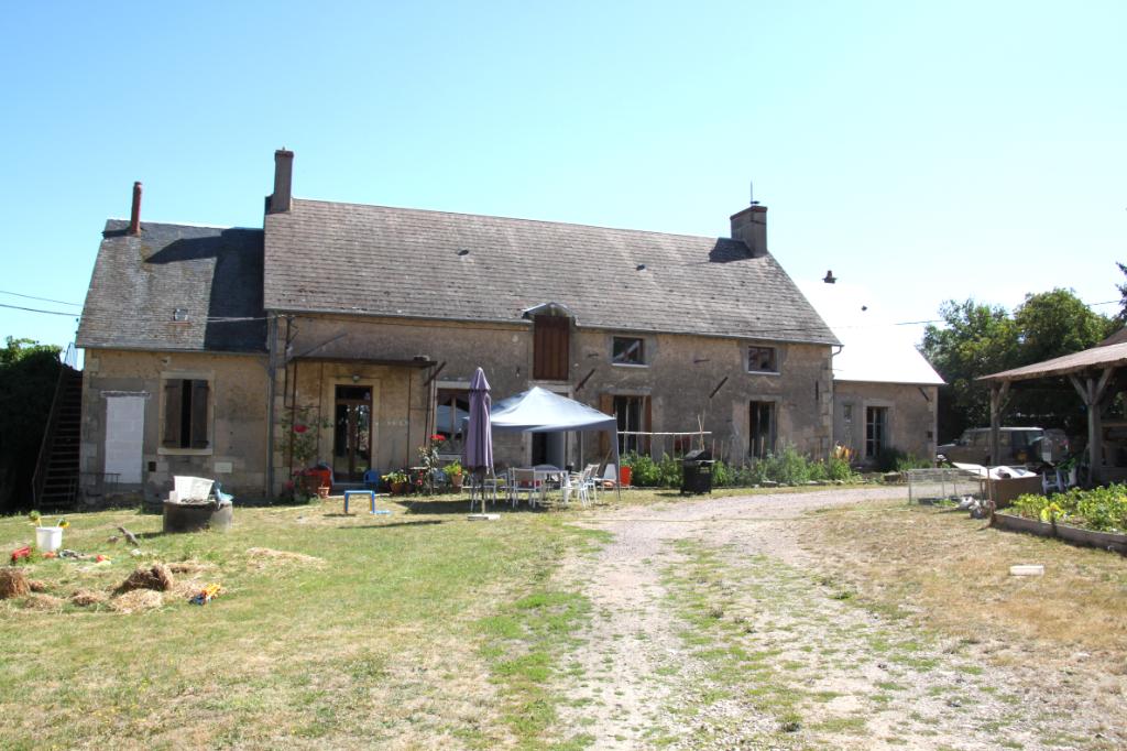 Nérondes - Fermette spacieuse au calme avec grande grange sur 1,7 hectare de terrain.