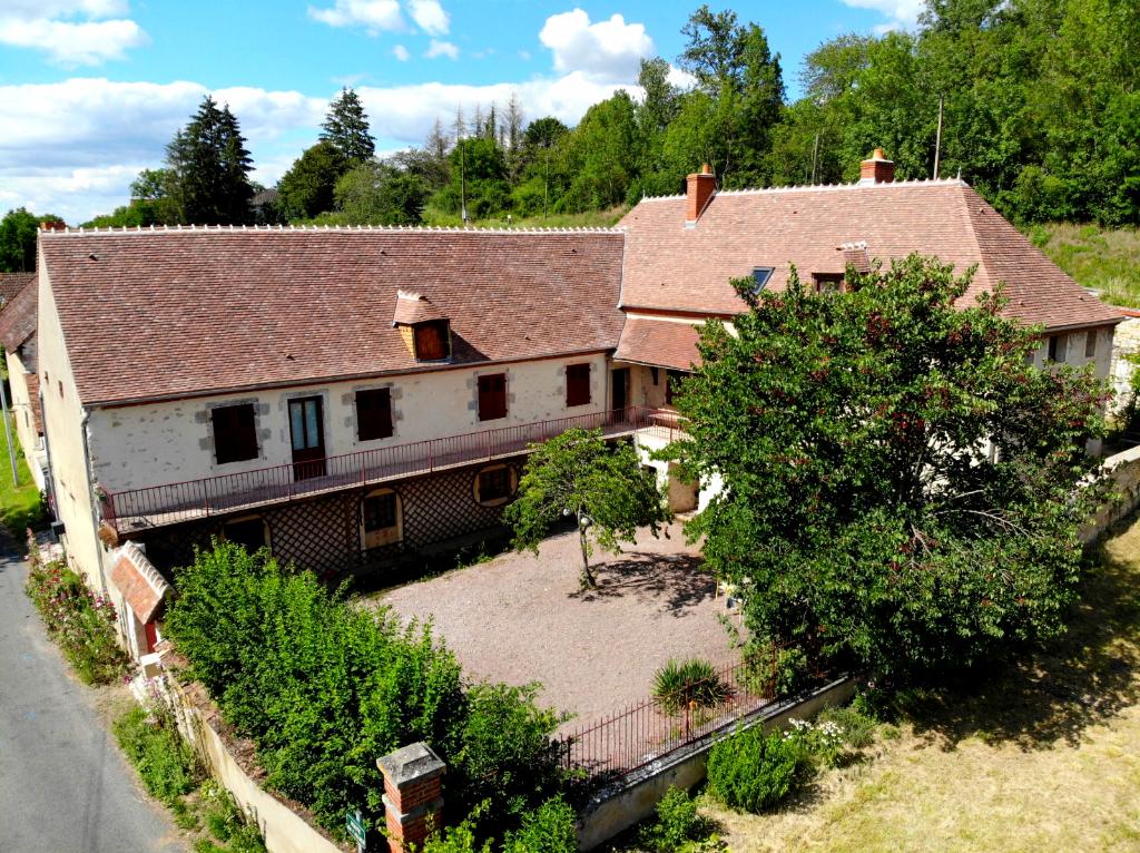 Livry - Belle maison, chambres d'hôtes avec ses propres plages sur la rivière Allier environ 1.5 hectares de terrain.