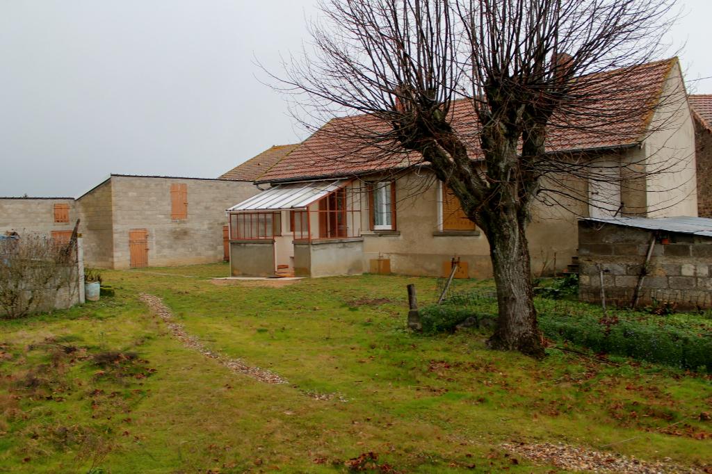 St Priest et Murat  -Fermette  avec plusieurs granges sur environ 4600 m2 de terrain.