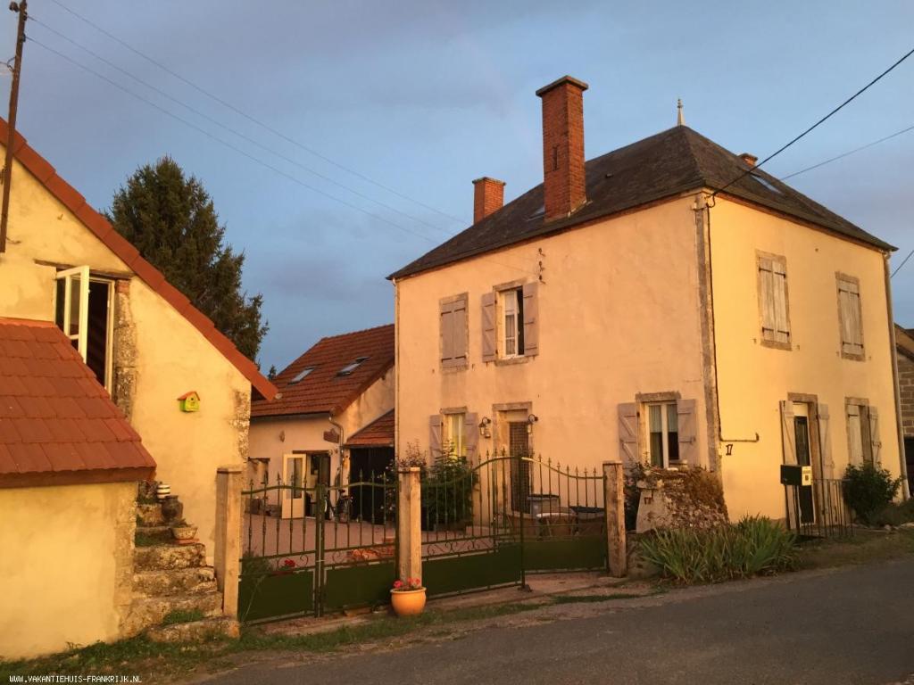 Boucé - Trois maisons authentiques et rénovées sur un terrain de 1400 m2 avec vue dégagée.
