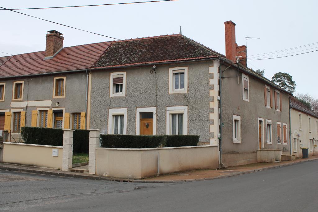 St Bonnet - Spacieuse maison de village de environ 200 m2,  à distance de marche de la forêt de Tronçais et de l'étang de St Bonnet.