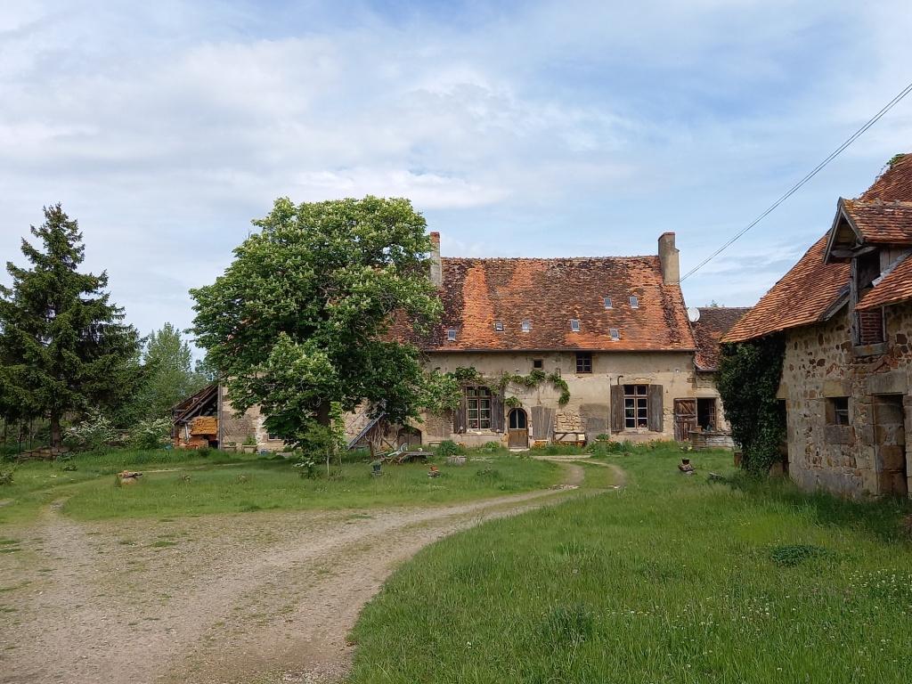 Vieure - Spacieuse ferme en état authentique sur 2,2 hectare.