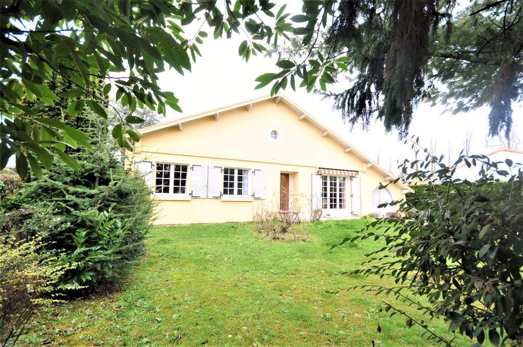 ST AIGNAN GRANDLIEU  Maison proposant 230 m² de volume sur 850 m² de terrain