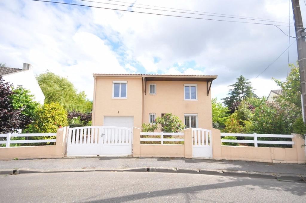 RARE, maison nantaise familiale de 3 chambres au coeur du Bourg de Bouguenais avec grand jardin et garage