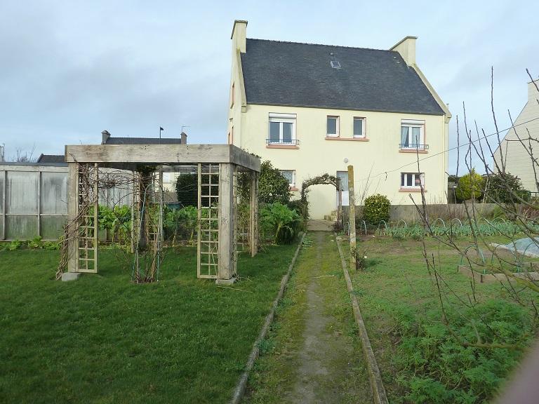 Lampaul-Ploudalmézeau . Maison sur sous-sol complet.