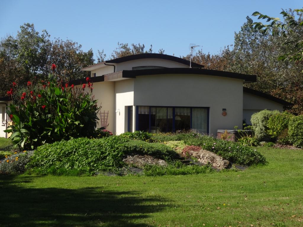 Porspoder, Maison d'architecte de 2005 à proximité du port de Mazou et du GR34.