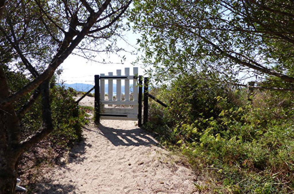 Proche Ajaccio ensemble immobilier les pieds dans l'eau accès direct plage