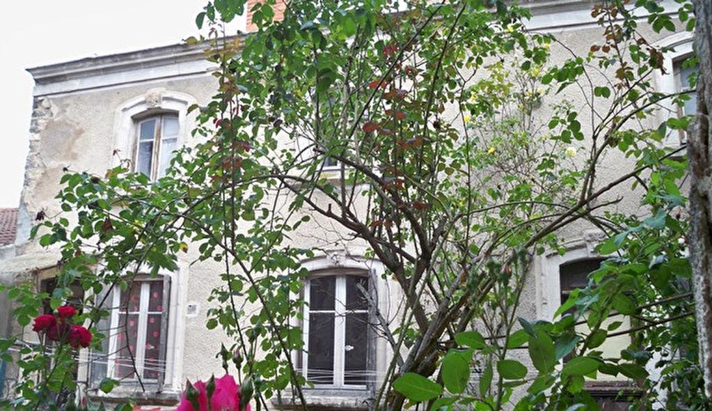 Riom prox. immeuble 2 appartements, garage et jardin