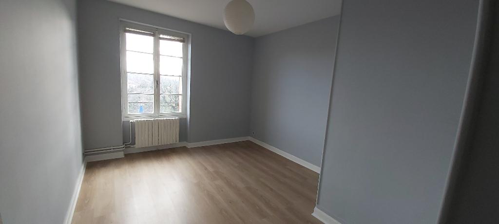 Chatel Guyon F3 60 m2 avec cour