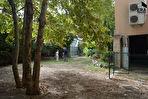 ORGON, Grande Batisse comprenant local commercial de 122m² , Appartement de type 4 de 118 m², cave avec accès jardin, grenier le tout sur  430 m² de parcelle cadastrale 3/15