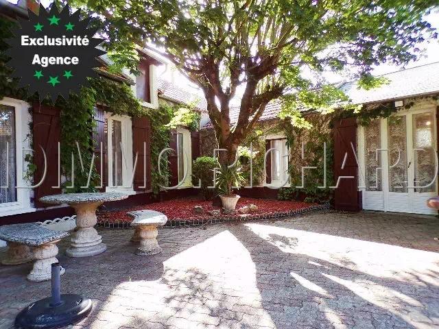 A VENDRE maison de village, 185 m² Habitables, 1455 m² de Terrain, diverses dépendances.