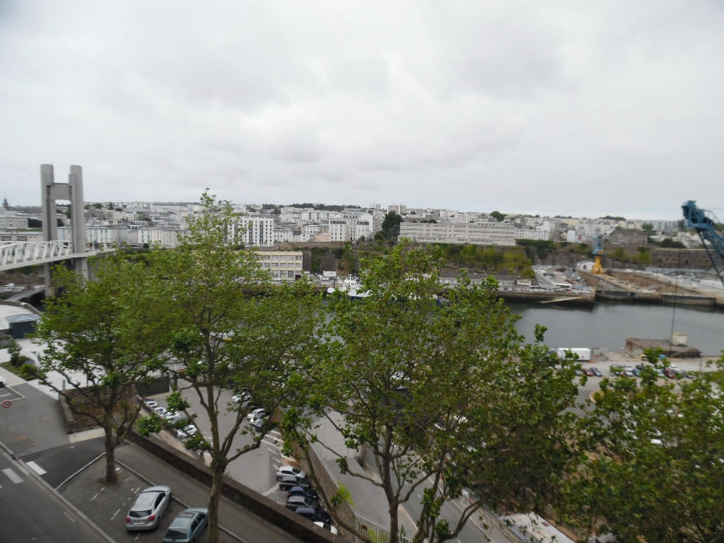 A VENDRE  BREST  SIAM  IMMEUBLE  DALLE BETON  4 APPARTEMENTS  LOCAL COMMERCIAL 2 GARAGES