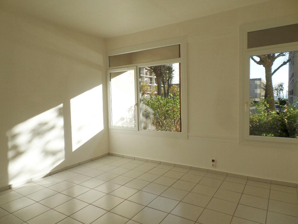 VENDU EXCLUSIVITE  BREST  SAINT MICHEL  APPARTEMENT T1 27.80 m²  PARKING PRIVATIF   DALLE BETON