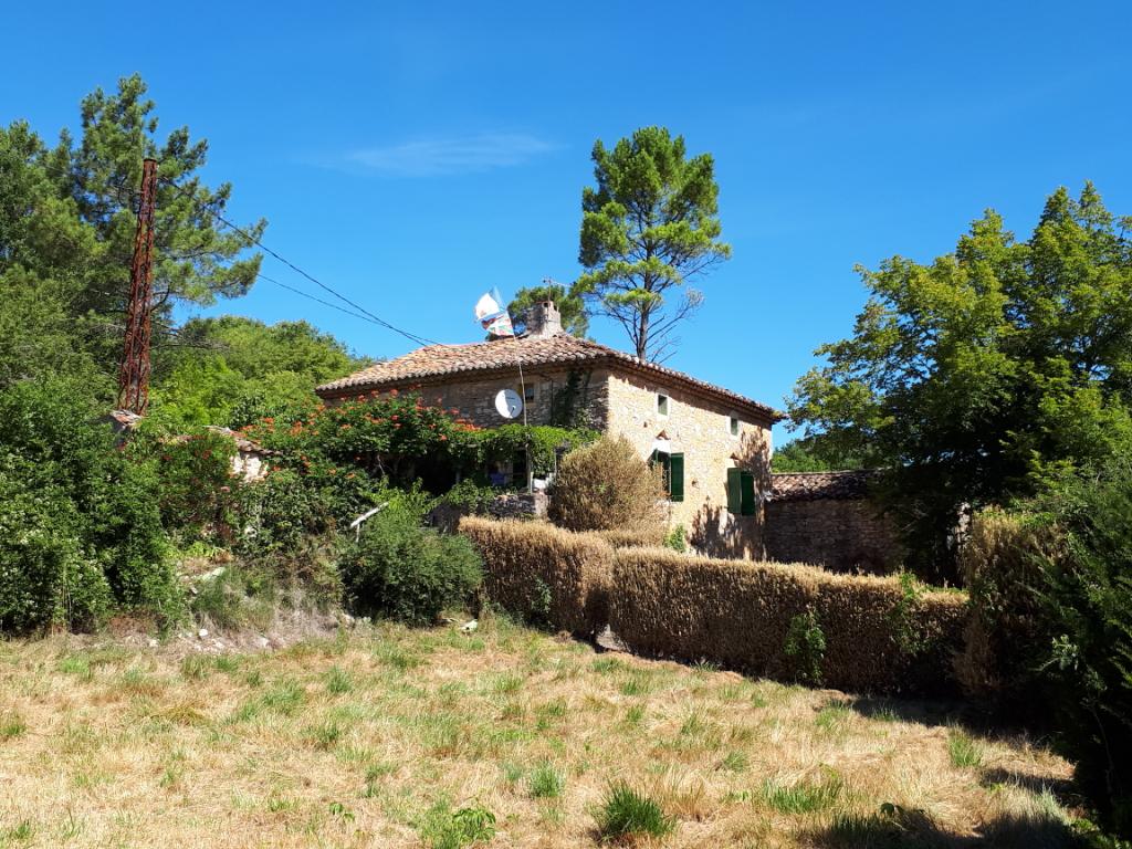 Proche Vallon pont d' Arc, maison en pierres à restaurer avec deux has de terrain